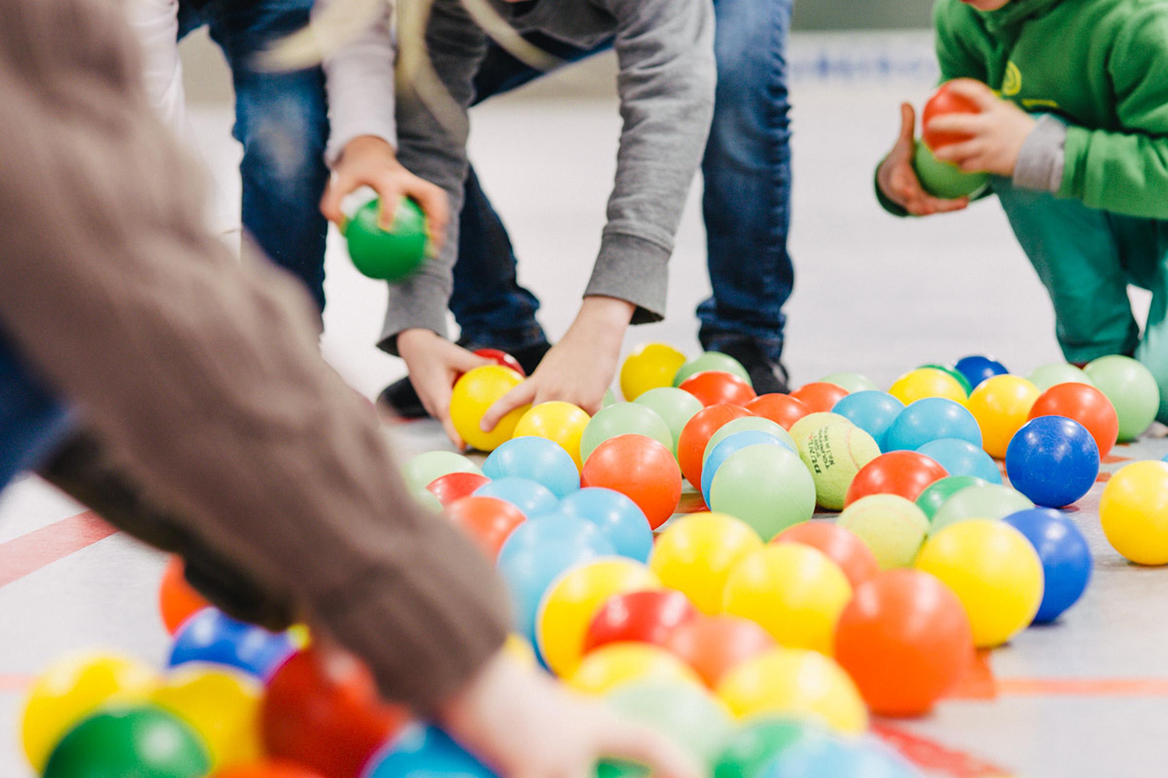 Kindergarten Ballspiel in der Turnhalle